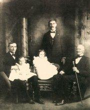 reprodukcja zdjęcia przedstawiająca rodzinę